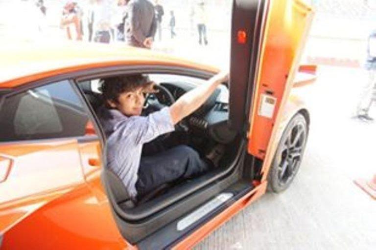 Shikhar Pahariya posing with his car 768x512 1