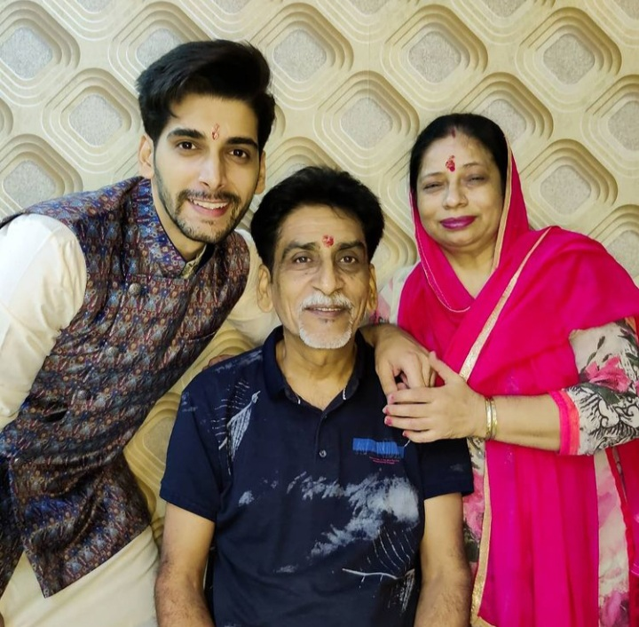 Akshit Sukhija Biography- Age, Family, Girlfriend, Struggle and Many more!
